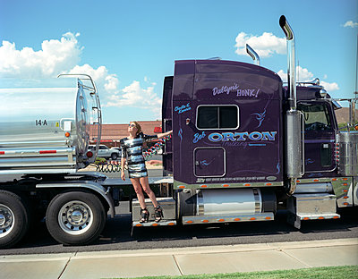 girl standing on a shinny truck in America - p1610m2181514 by myriam tirler