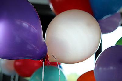 Bunte Luftballons - p258m2015392 von Katarzyna Sonnewend