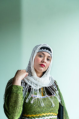 Young woman in traditional arabic costume - p427m2134518 by Ralf Mohr