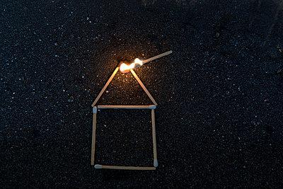 Brennendes Haus - p451m740510 von Anja Weber-Decker