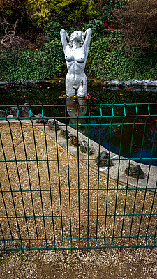 Nude statue in a pond - p813m1131955 by B.Jaubert