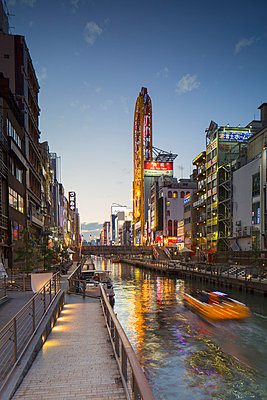 Dotombori at dusk, Osaka, Kansai, Japan, Asia - p871m993832 by Ian Trower