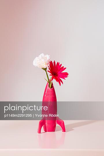 Flower vase in form of a spaceship - p1149m2291295 by Yvonne Röder