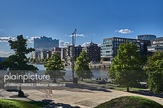 View of HafenCity, parkway in the foreground, Hamburg - p1686m2288563 by Marius Gebhardt