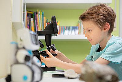 Grundschüler arbeitet am Mikroskop - p105m2064096 von André Schuster