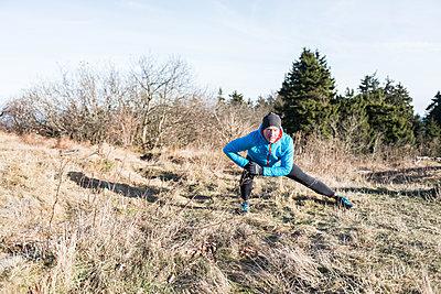 Mann beim Stretching am Feldberg  - p1142m1445220 von Runar Lind