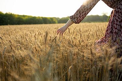 Frau in einem Kornfeld - p1646m2293215 von Slava Chistyakov
