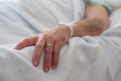 Hand of a married man convalescing in hospital - p300m1052956f by Ramon Espelt