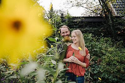 Happy couple enjoying their urban agrden - p300m2167276 von Kniel Synnatzschke