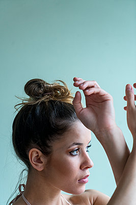 Young woman with pinned-up hair - p427m2063108 by Ralf Mohr