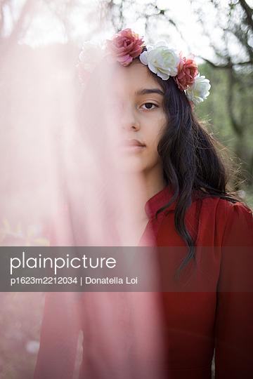 Mädchen mit Blumenkranz - p1623m2212034 von Donatella Loi