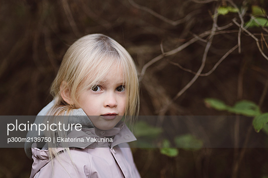 Portrait of staring little girl in the woods - p300m2139750 by Ekaterina Yakunina