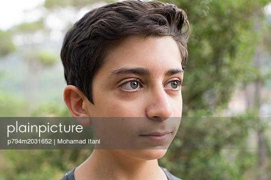Junge schaut zur Seite - p794m2031652 von Mohamad Itani
