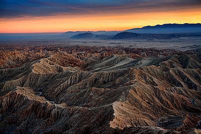 Sonnenuntergang über den Borrego Badlands - p1154m1217574 von Tom Hogan