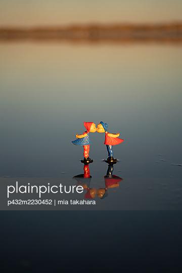 Liebespaar Figuren am Strand  - p432m2230452 von mia takahara