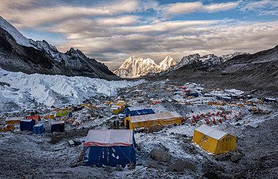 Nepal, Solo Khumbu, Everest, Sagamartha National Park, Tents at the Base camp - p300m2005693 von Alun Richardson