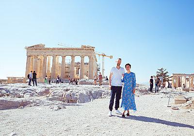 Paar posiert vor Akropolis - p432m1541651 von mia takahara
