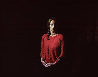 Woman wearing red sweate - p945m1196362 by aurelia frey