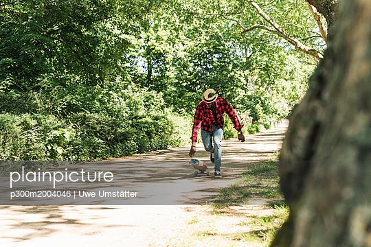 Cool young man skateboarding in park - p300m2004046 von Uwe Umstätter