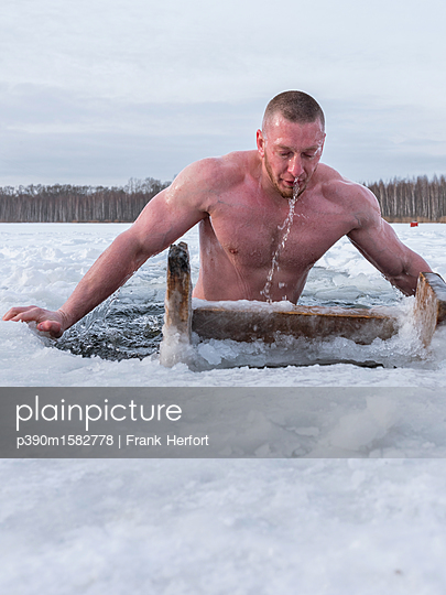 Russe beim Eisbaden in Moskau - p390m1582778 von Frank Herfort