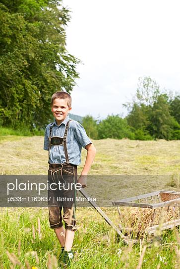 Junge in Lederhose - p533m1169637 von Böhm Monika