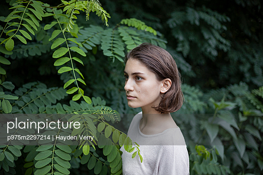Young woman, portrait - p975m2297214 by Hayden Verry