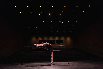 Ballet dancer dancing on stage at theatre - p1315m1566749 by Wavebreak