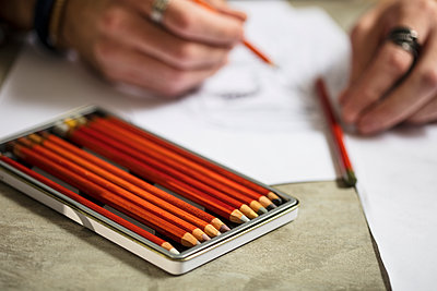 Close-up of artist drawing a sketch - p300m2013311 von zerocreatives