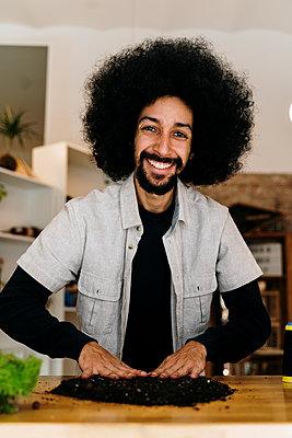 Barcelona, Spain. AfricanAmerican man making a kokedama plant. Kokedama, japanese technique, sustainable, plant, home decor, DIY, technique, - p300m2273488 von VITTA GALLERY
