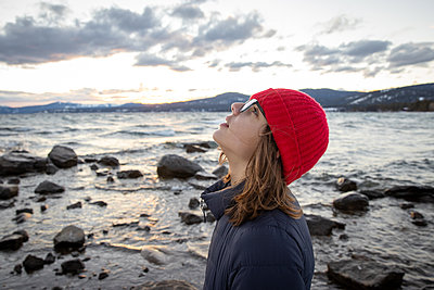 USA, California, Girl on Lake Tahoe - p756m2254045 by Bénédicte Lassalle