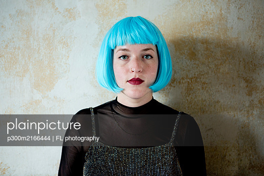 Young woman wearing blue wig - p300m2166444 by FL photography