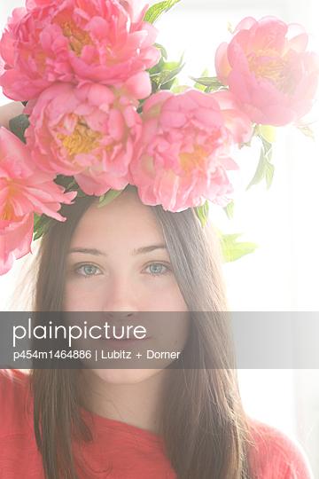Flower headdress - p454m1464886 by Lubitz + Dorner