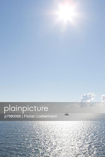 Plattform im Meer - p7980068 von Florian Loebermann