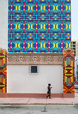 House front with African style paintings - p1119m1424337 by O. Mahlstedt