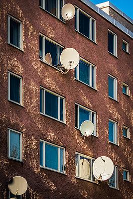 Wohnhaus mit Satellitenschüsseln - p1418m1572324 von Jan Håkan Dahlström