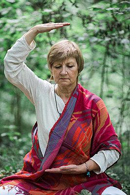 Senior woman doing yoga, meditating - p300m2012426 by Alberto Bogo