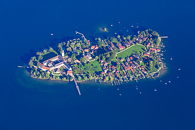 Germany, Bavaria, Chiemgau, Aerial view of Lake Chiemsee, Frauenchiemsee - p300m2080973 by Michael Malorny