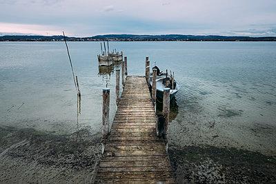 Germany, Baden-Wuerttemberg, Lake Constance, Iznang, Jetty - p300m911166f by Markus Keller