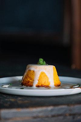 Plate with sponge pudding and cream dessert - p429m2052140 by Alberto Bogo