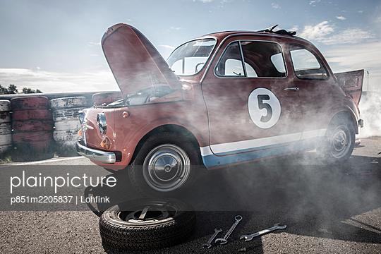 Tyre change on Fiat 500 - p851m2205837 by Lohfink