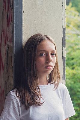 girl in a window - p1323m2027900 von Sarah Toure