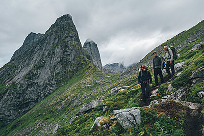 Norway, Lofoten, Moskenesoy, Young men hiking at Markan mountain - p300m2004568 von Gustafsson