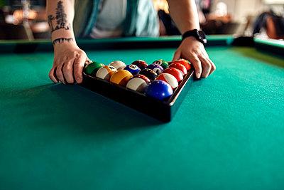 Close-up of billiards player arranging balls on table - p300m2104640 von Zeljko Dangubic