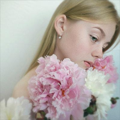 Close up of Caucasian teenage girl holding flowers - p555m1531610 by Vladimir Serov