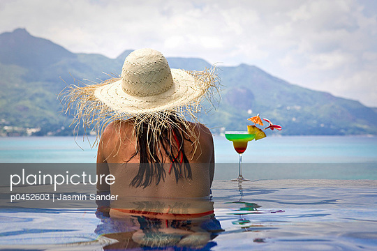 Woman in the pool - p0452603 by Jasmin Sander