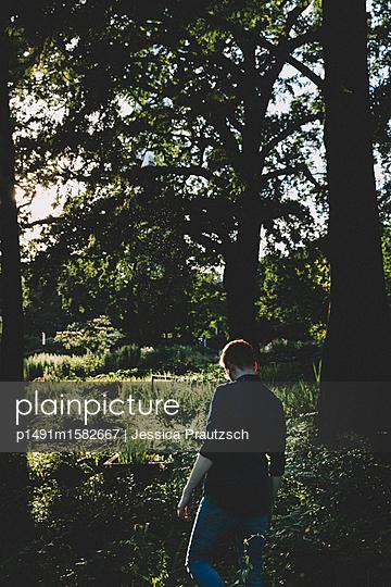 Man spaziert im Wald - p1491m1582667 von Jessica Prautzsch