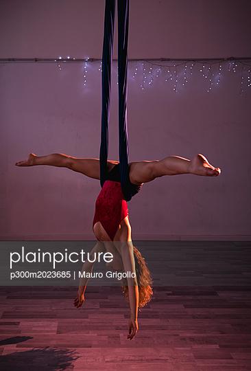 Aerial silks performer during a performance - p300m2023685 von Mauro Grigollo