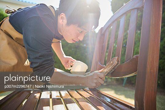Japanese man working in the garden - p307m2296747 by Naoki Nishimura