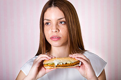Woman with burger - p105m788154 by André Schuster
