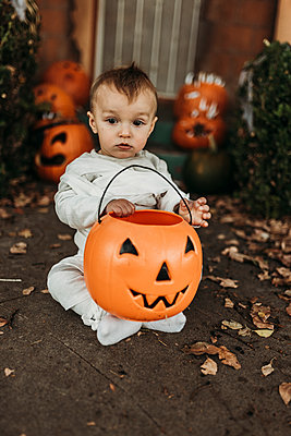 Adorable toddler boy dressed up as mummy on Halloween Trick-or-Treat - p1166m2208398 by Cavan Images